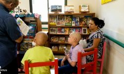 """Escritores compartieron con niños del Hospital Acosta Ñu llevando """"Cuentos en Navidad"""" imagen"""