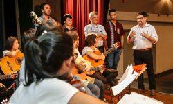 """Ministro Capdevila alienta a jóvenes de la orquesta """"Ensamble Pu rory"""" imagen"""